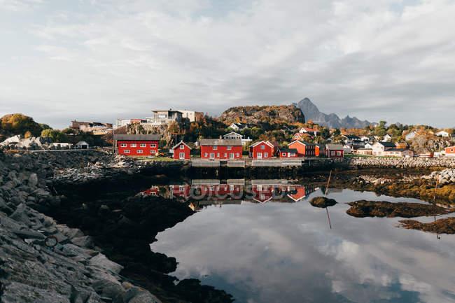 Fernblick über kleine Küstenstadt mit roten Häusern am Seeufer — Stockfoto
