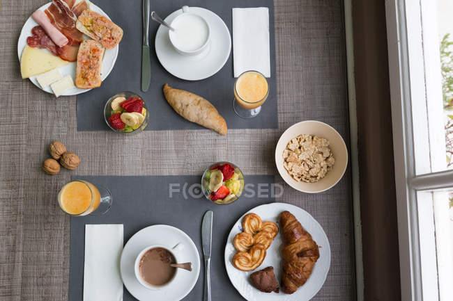 Von oben Tabelle mit verschiedenen Frühstück essen — Stockfoto