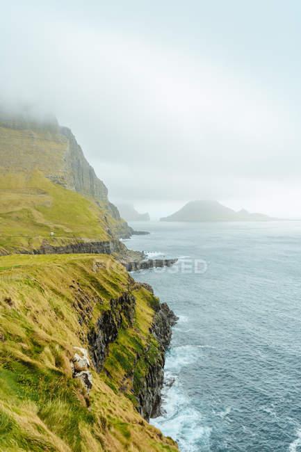 Vue panoramique des falaises au-dessus de l'océan rugueux — Photo de stock