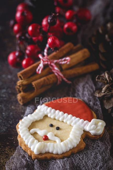 Stillleben mit Santa Claus Cookie und Weihnachtsschmuck — Stockfoto