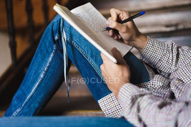 Мужской почерк в блокноте на лестнице — стоковое фото