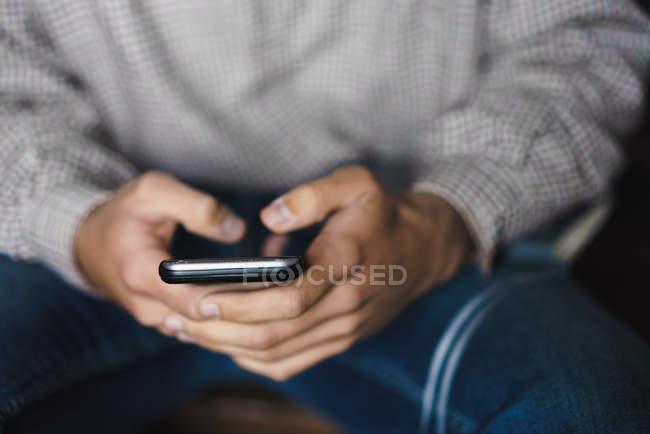 Mittleren Bereich des Menschen im Chat auf smartphone — Stockfoto