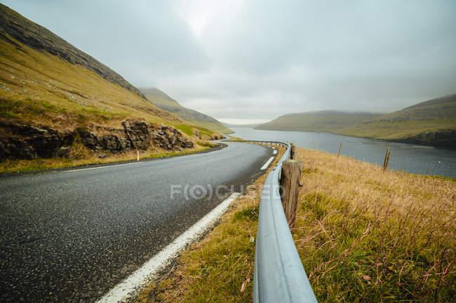 Paysage du chemin rural qui longe la rivière highland — Photo de stock