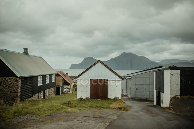 Vista frontal das fachadas de casas rurais em vila costeira — Fotografia de Stock