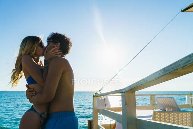 Abrazando amorosa pareja en la playa - foto de stock