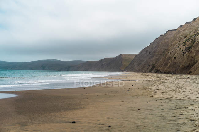 View of sandy coastal cliffs and sea — Stock Photo