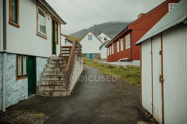 Vilage street with rural wooden houses — Stock Photo