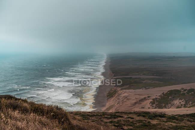 Vue aérienne pittoresque sur l'océan bleu et le littoral sablonneux — Photo de stock