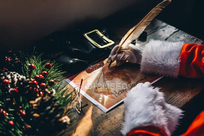 Récolte du Père Noël rabotage sur la carte du monde livraison de cadeaux pour Noël . — Photo de stock