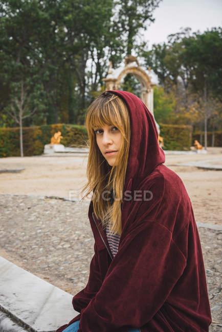 Девушка в красных балахон, глядя на камеру — стоковое фото