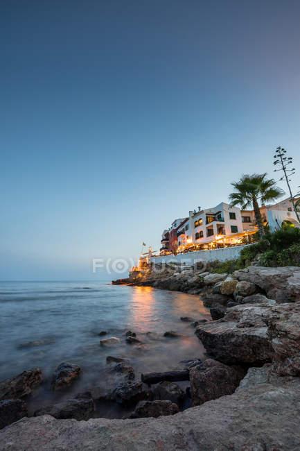 Mediterrane Küstenort bei Sonnenuntergang — Stockfoto