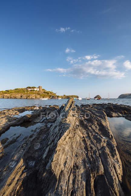 Steilküste im seichten Wasser des Meeres durch — Stockfoto