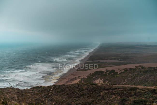 Vue aérienne du littoral de sable brumeux — Photo de stock