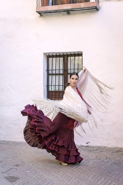 Ritratto di ballerina di flamenco con scialle bianco che balla nel cortile interno — Foto stock