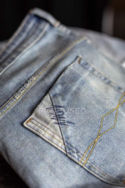 Bouchent la vue des poches de jeans bleu clair. — Photo de stock