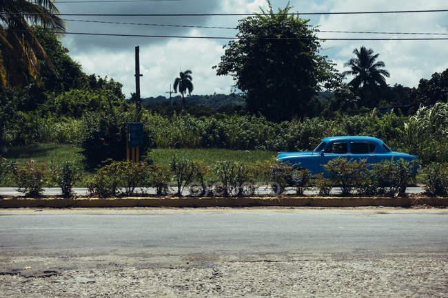 Куба - 27 августа 2016: Синий ретро автомобилем на дороге — стоковое фото
