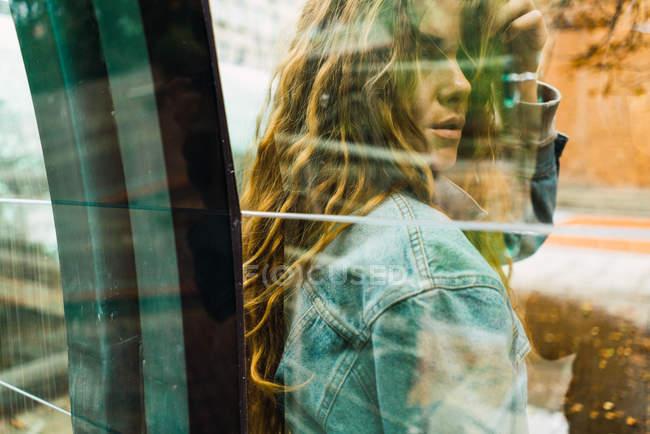 Donna sensuale che propone dietro raccolti \ vetro — Foto stock