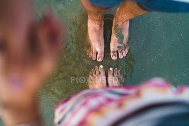 Mirando hacia abajo vista de pie en la playa de arena - foto de stock