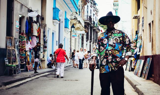 Cuba - 27 agosto 2016: Ritratto di uomo alla moda camicia e cappello che propone alla strada turistica — Foto stock
