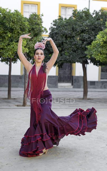 Vista frontale del ballerino di flamenco che balla in strada — Foto stock