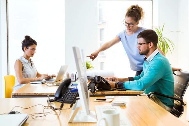 Scena con uomini d'affari che lavorano in un ufficio moderno . — Foto stock