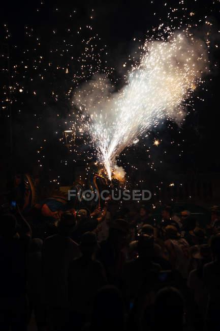 Вспышки фейерверков и облака дыма ночью — стоковое фото