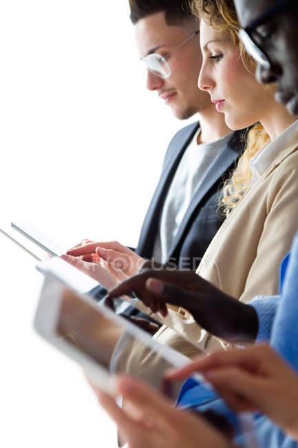 Vista laterale del gruppo di uomini d'affari che utilizzano schede — Foto stock