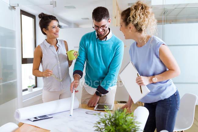 Porträt einer Gruppe von Geschäftsleuten am Tisch im modernen Büro, die Papierkram diskutiert — Stockfoto