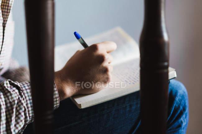 Мужской почерк в блокноте — стоковое фото