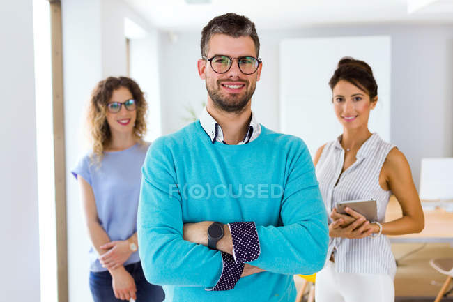 Портрет веселий ділових людей постановки на камеру в сучасні офісні. — стокове фото