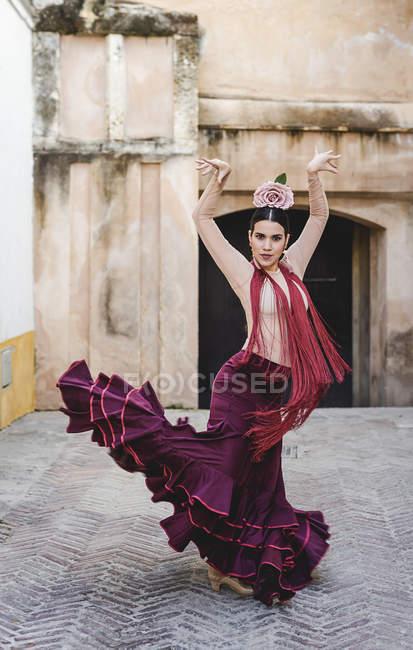 Vista frontale del ballerino di flamenco con costume tipico in posa nel cortile interno — Foto stock