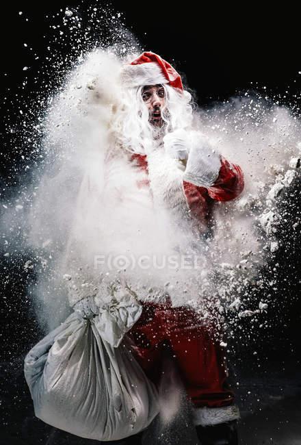 Здивований, Санта-Клауса серед сніг бризки — стокове фото