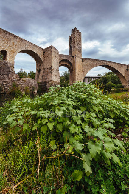 View of medieval bridge over background of scenic sky — Stock Photo
