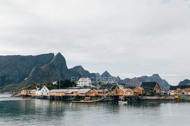 Fernsicht auf festgemachten Boote neben ländlichen Häusern am Berg Seeufer — Stockfoto