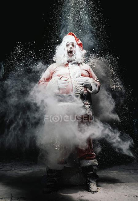 Санта-Клауса з відкрив рот в хмарах сніг вибухів — стокове фото