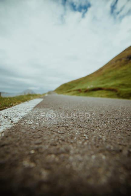 Поверхности уровня вид сельских асфальтированной дороги в сельской местности — стоковое фото