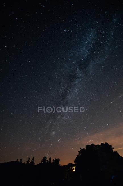 Skyscape com Via Láctea sobre montanhas — Fotografia de Stock