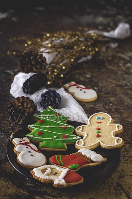 Stillleben mit Tisch mit Weihnachtsgebäck auf Teller und festliche Dekorationen — Stockfoto