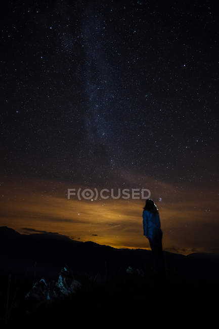 Rear view of woman on background of milky way in night sky — Stock Photo