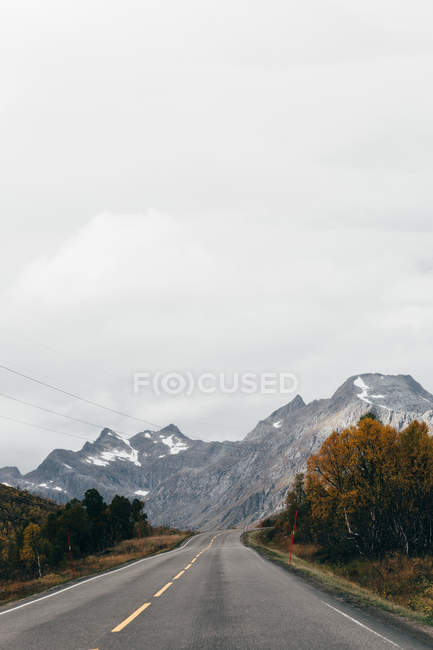 Scenic view of straight asphalt road in mountains — Stock Photo