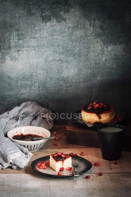 Stillleben mit Käsekuchen auf rustikalen Holztisch — Stockfoto