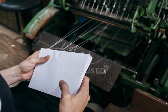 Coltivare mani fogli di carta vincolanti — Foto stock