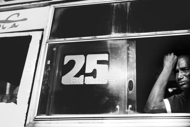 Goree, Сенегалу-6 грудня, 2017:African людина сидить в автобусі і дивиться з вікна. — стокове фото