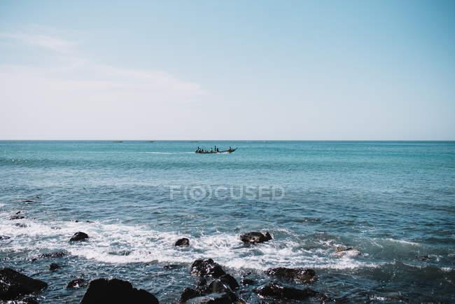 Malerischer Blick auf türkisfarbenes Meer und entfernte Bootsfahrt an sonnigen Tagen. — Stockfoto