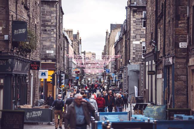 EDIMBURGO, SCOTLAND - 7 de agosto de 2017: Escena callejera común de Edimburgo, Escocia . - foto de stock