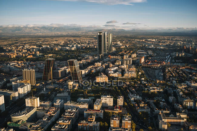 Pintoresco paisaje urbano con edificios y rascacielos iluminada por el sol - foto de stock