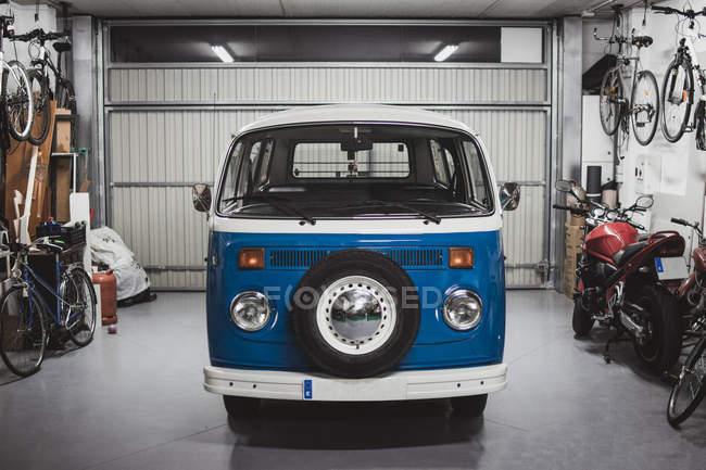 Vista frontale di furgoncino blu vintage in buone condizioni parcheggiato in garage — Foto stock