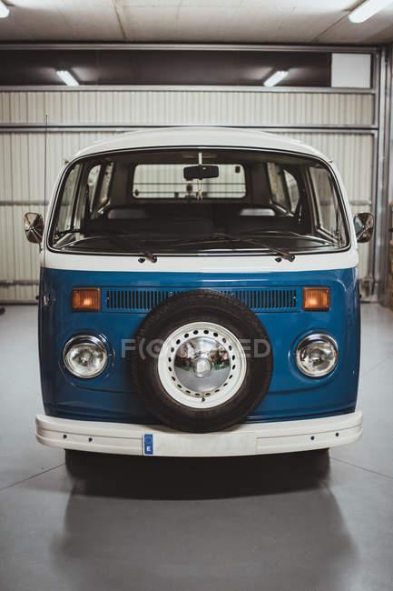 Vintage van azul em bom estado na garagem — Fotografia de Stock