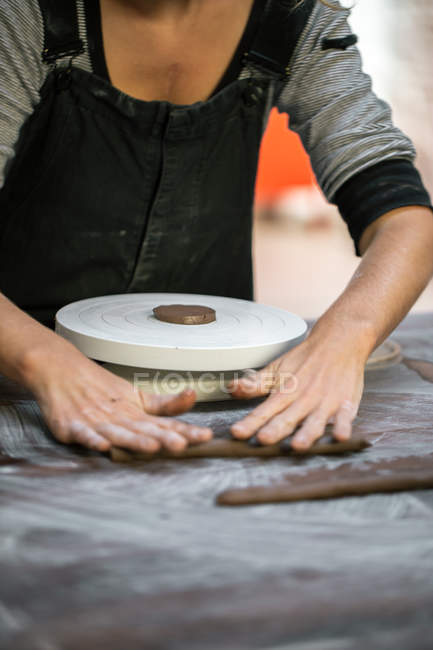 Mid section of female potter forming die from clay — Stock Photo