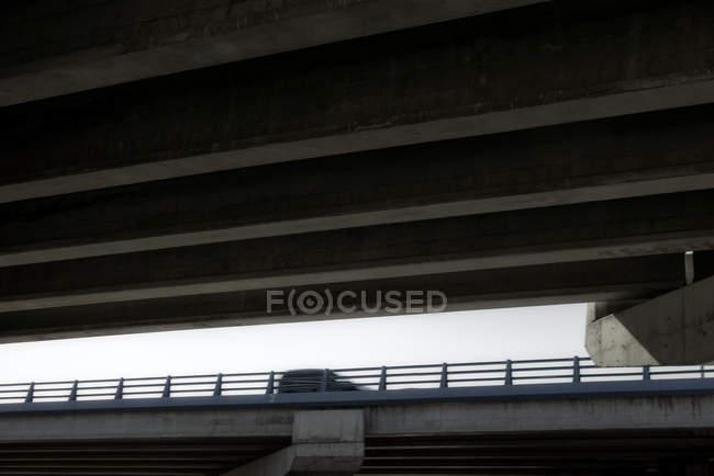 Переглянути автомобіля в русі, видно з нижче мосту. — стокове фото